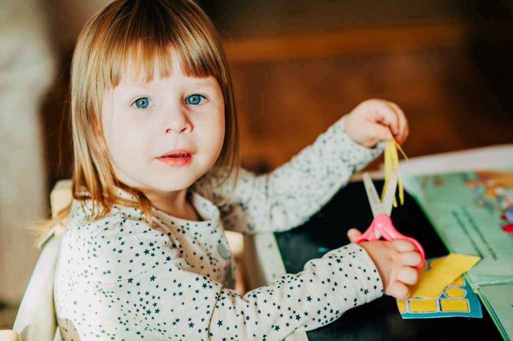 child using scissor